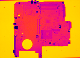 Взгляд через тепловизор на печатную плату, разогретую на термостоле нп